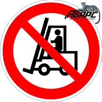 Запрещается движение средств напольного транспорта (Наклейка)